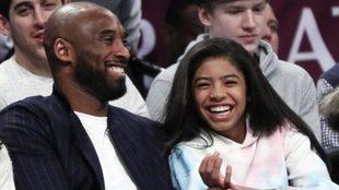 Kobe Bryant y su hija Gigi, durante un partido de la NBA.