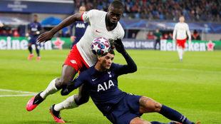 Upamecano se lleva el balón durante un partido con el Leipzig
