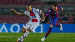 Mbappé se escapa de Piqué en el Barcelona vs PSG
