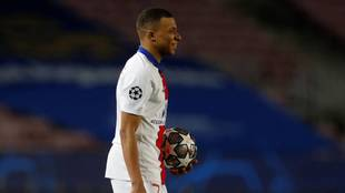 Mbappé se lleva el balón a casa tras su hat-trick al Barcelona