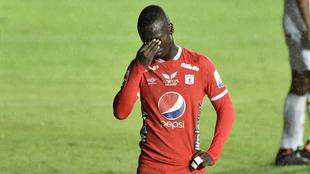 Santiago Moreno se lamenta tras errar una opción clara de gol.