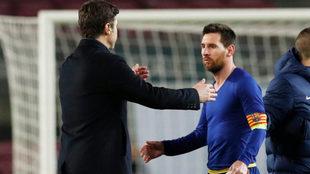 Pochettino saluda a Messi tras el partido del Camp Nou