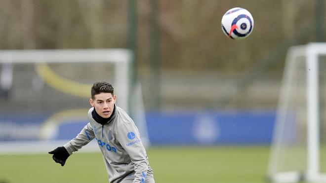 James, durante un entrenamiento con el Everton.