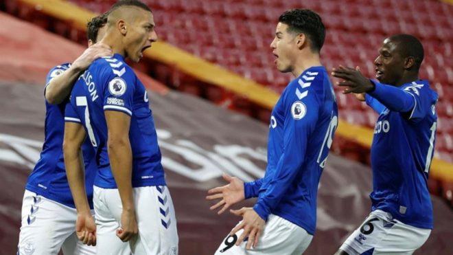 James felicita a Richarlison tras el gol que puso el 0-1 en el...