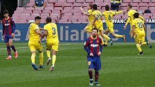 Los jugadores del Cádiz celebran el gol del empate con Messi,...