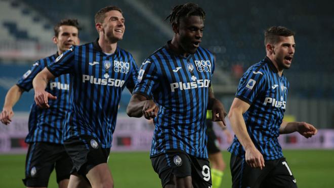 Duván Zapata festeja su gol ante el Nápoles con sus compañeros.