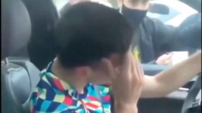 Lenglet, entre lágrimas, es abordado por los aficionados
