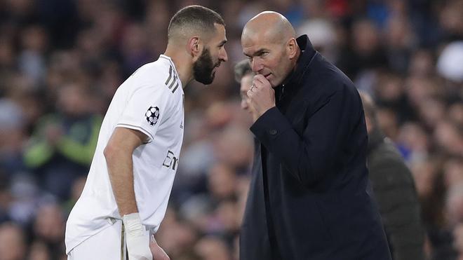 Zidane da instrucciones a Benzema durante un partido