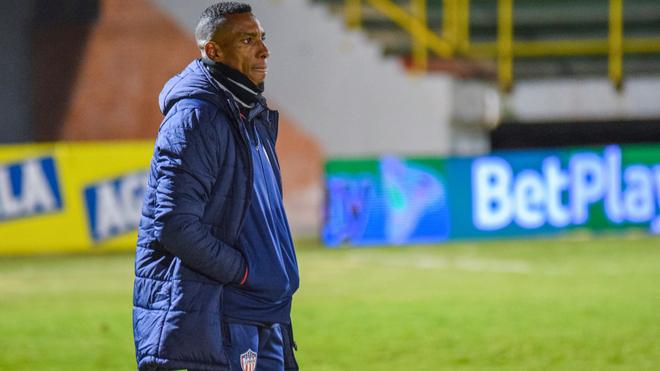 Luis Amaranto Perea analiza una acción de juego entre Chicó y...