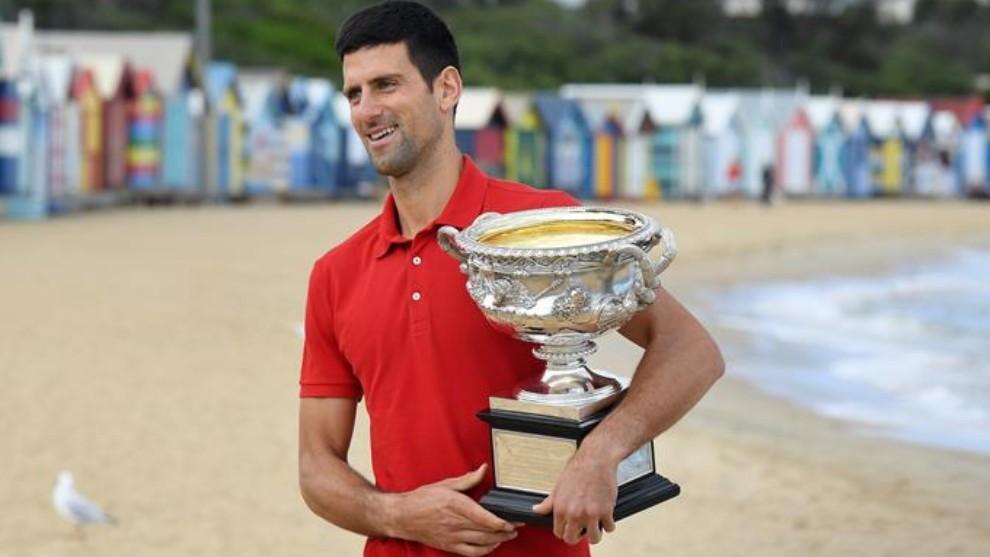 Novak Djokovic durante una sesión de fotos con el trofeo de campeón...