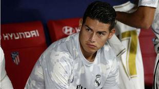 James Rodríguez, en el banquillo, durante su etapa en el Real Madrid
