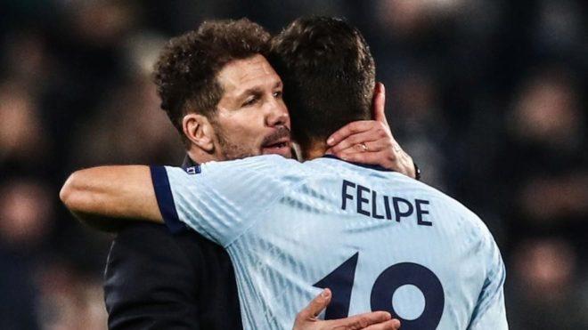 Felipe se abraza a Simeone en un partido del Atlético