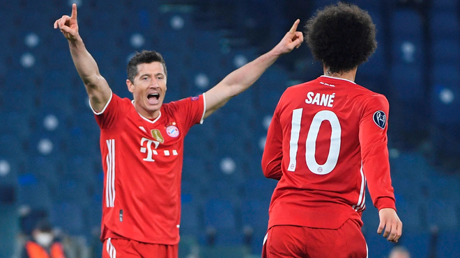 Lewandowski festeja con Sané un tanto.