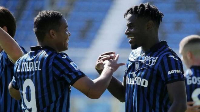 Muriel y Duván se felicitan por un gol con Atalanta.