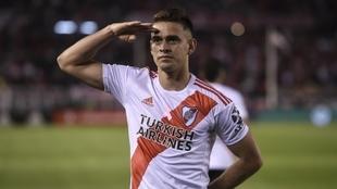 Santos Borré celebra un gol con River