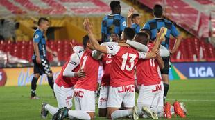 Los jugadores de Santa Fe celebran un gol ante Chicó.