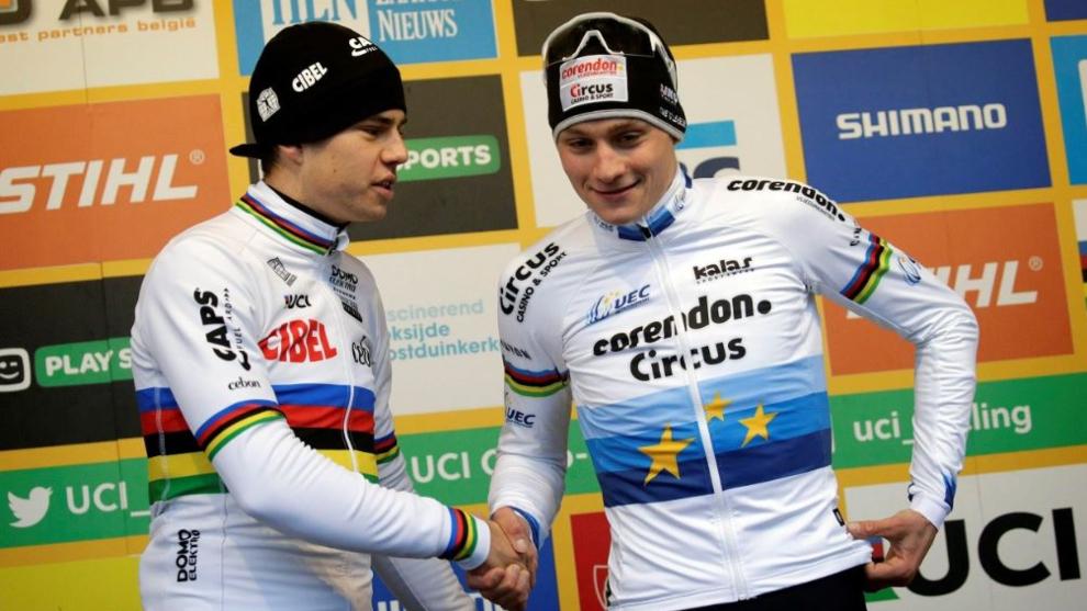 Evenepoel y Van Aert, en un podio.