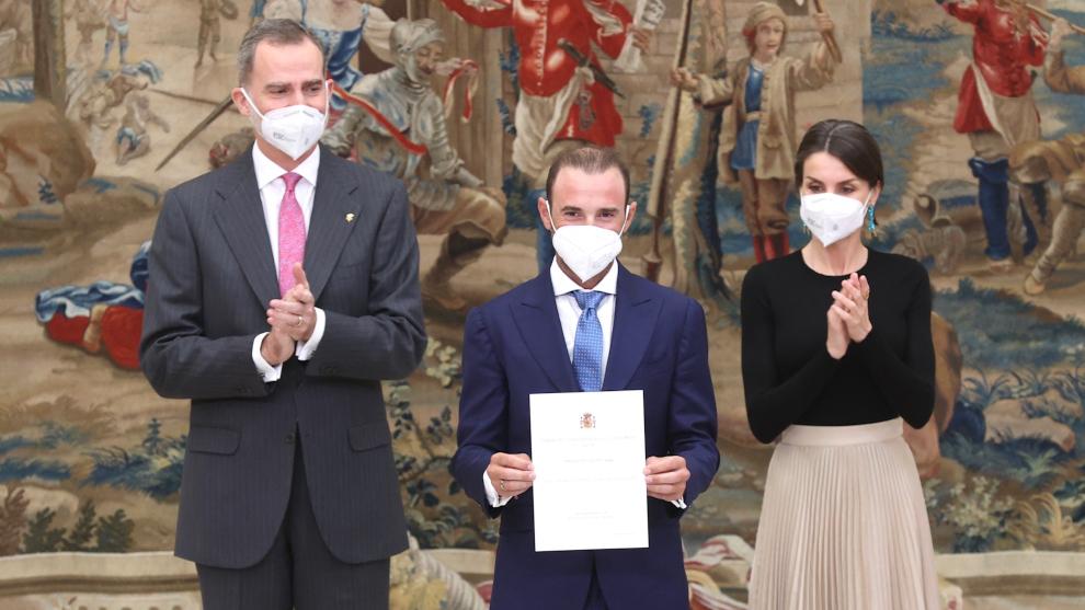 Alejandro Valverde recibe el premio d emano de los reyes de España.