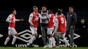 Los jugadores de Santa Fe celebran el gol de Diego Valdés en el...