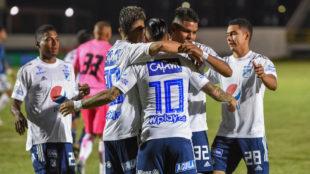 Llos jugadores de Millonarios celebran el gol de Arango para el...