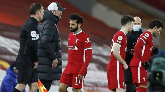 Salah, en el momento de ser sustituído por Klopp ante el Chelsea