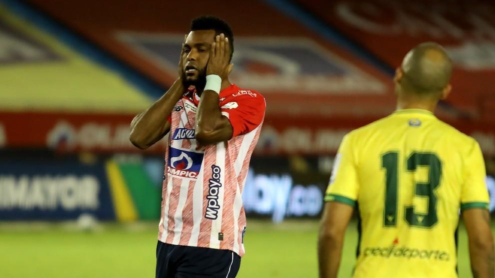 Miguel Borja se lamenta tras errar un cabezazo ante el Bucaramanga