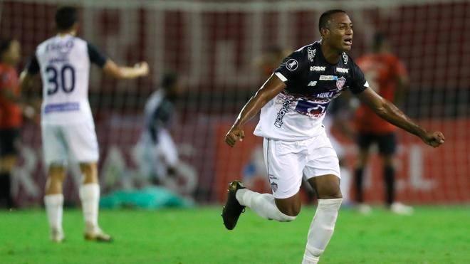 Willer Ditta corre a celebrar el primer gol de Borja ante Caracas.
