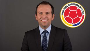 Ernesto Lucena y el escudo de la FCF.