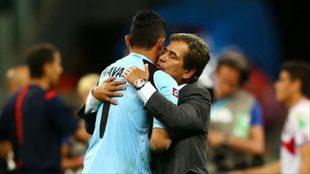 Keylor y Pinto se abrazan al final de un partido