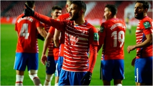 Luis Suárez celebra un gol con el Granada
