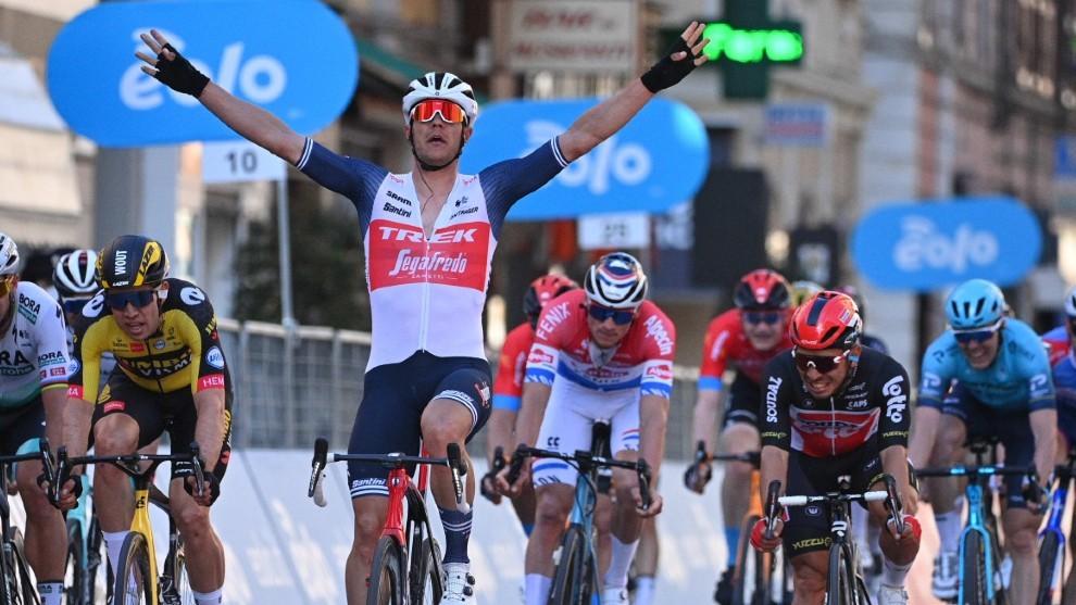 Jesper Stuyven levanta los brazos en la meta de la Milán San Remo