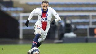 Neymar conduce el balón durante un partido con el PSG
