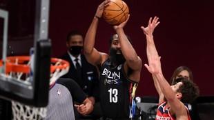 James Harden realiza un tiro de tres puntos ante los Wizards