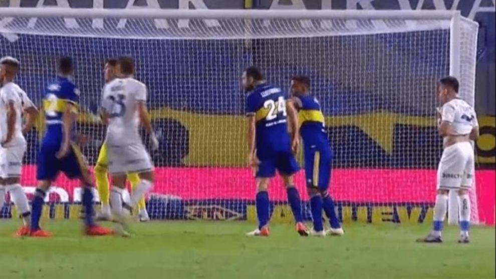 El momento del golpe al capitán de Boca Juniors.