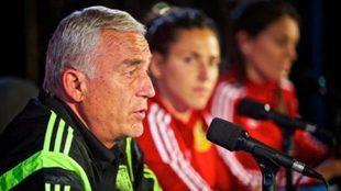 Ignacio Quereda brinda una conferencia de prensa junta a las...