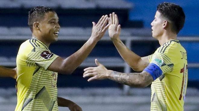 Muriel choca su mano con James tras marcar un gol con la Selección...
