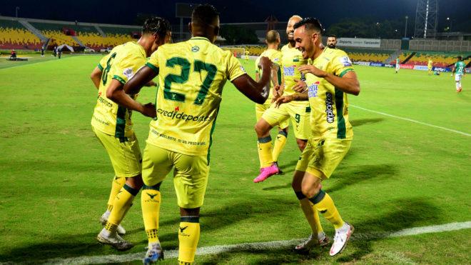 Los jugadores de Bucaramanga celebran el tanto de la victoria.