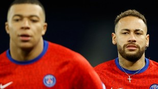 Neymar observa de cerca a Mbappe