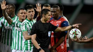 Mario Herrera señala una falta en el juego.