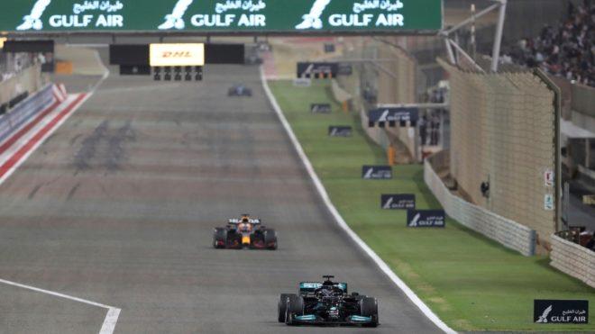 Hamilron por delante de Verstappen.