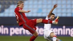 Haaland intenta completar una jugada ante el turco Müldür.