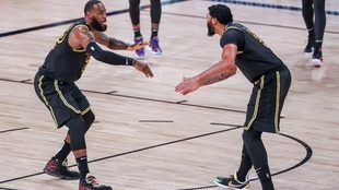 LeBron James y Anthony Davis, en un partido.