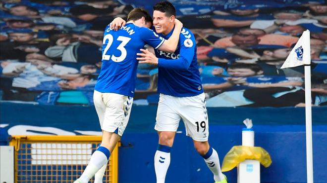 Coleman felicita a James tras el primer gol del partido.
