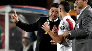 Marcelo Gallardo y Rafael Santos Borré, durante un partido.