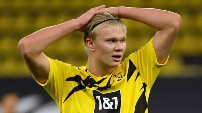 Haaland se lleva las manos a la cabeza durante un partido con el...