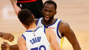 Draymond Green felicita a Curry por una cesta.