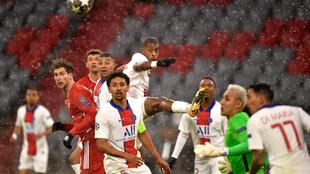 Jugadores del Bayern Múnich y del PSG disputan la pelota.