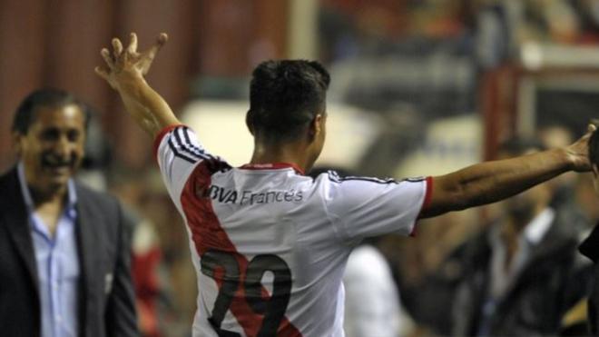 Teo celebra un gol con River... ante la mirada de Ramón Díaz.