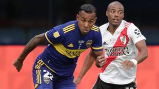 Sebastián Villa corre ante la marca de Nicolás de la Cruz.