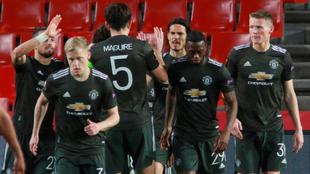 Los jugadores del Manchester United celebran uno de los tantos ante el...
